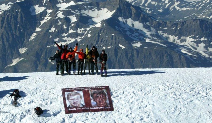 """Le 16 juillet 2010. Une équipe de France 3 Alpes a escaladé le Mont-Blanc pour y placer une bannière à l'effigie des deux journalistes de la chaîne, qui enquêtaient pour le magazine """"Pieces à conviction"""" au moment de leur rapt."""