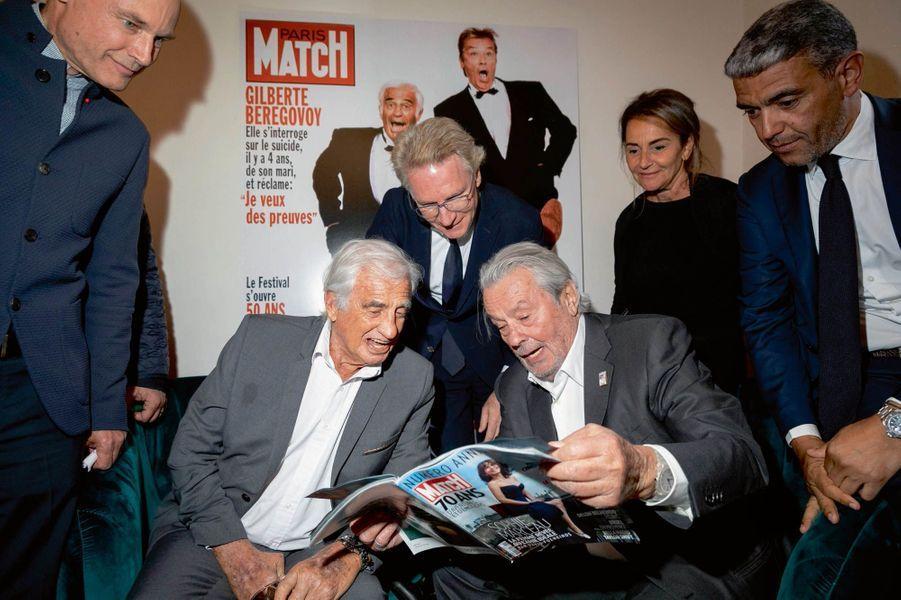 Entourés par Bertrand Piccard (à gauche), Olivier Royant, directeur de la rédaction de Paris Match, Constance Benqué, directrice générale de Lagardère News, et Ramzi Khiroun, conseiller spécial d'Arnaud Lagardère.