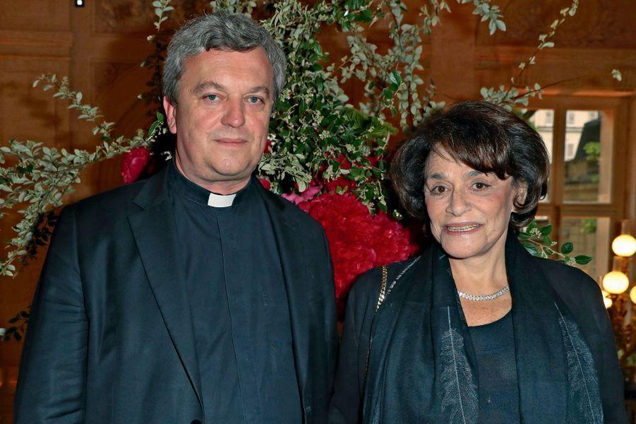 Monseigneur de Sinety, vicaire général de Paris, et Caroline Pigozzi, grand reporter à Paris Match.