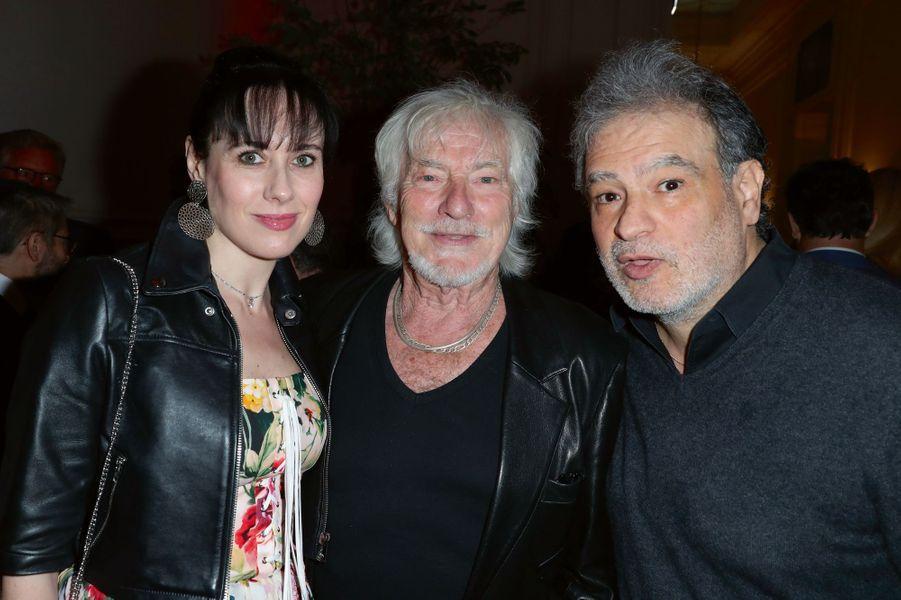 Hugues Aufray entouré de sa compagne Murielle et l'humoriste Raphaël Mezrahi.