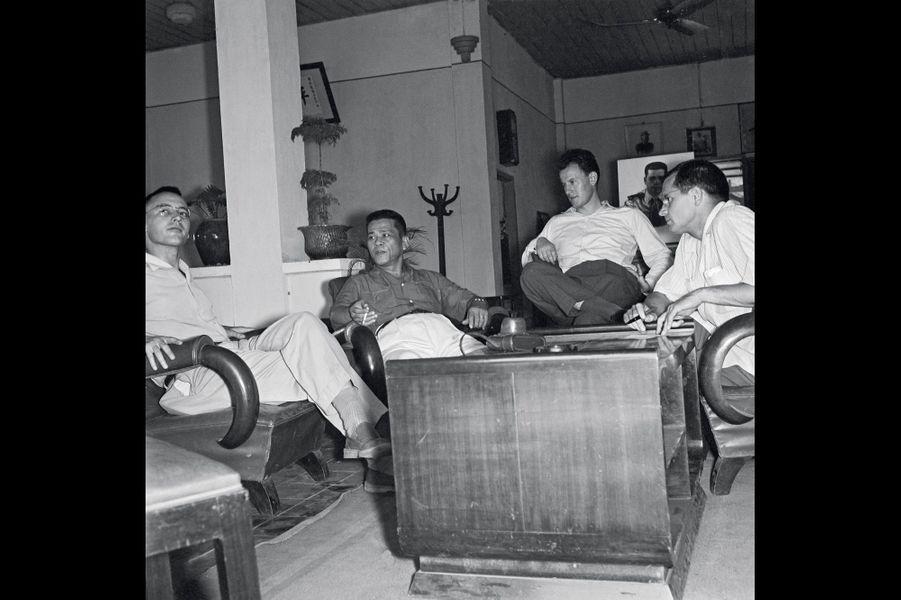 Avec deux collègues, Jacques Chancel (de face) interviewe Bay Vien, le chef des rebelles Binh Xuyen, en mars 1955 à Saïgon.