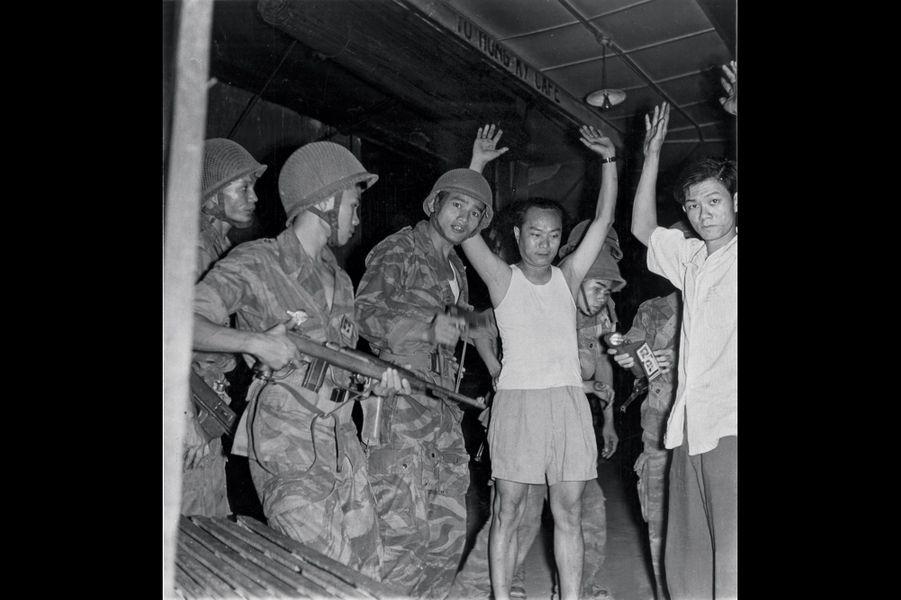 A Saigon, capture de prisonniers du groupe Binh Xuyen, en mars 1955. Les photos sont signées Jacques Chancel, c'est son premier reportage pour Paris Match.