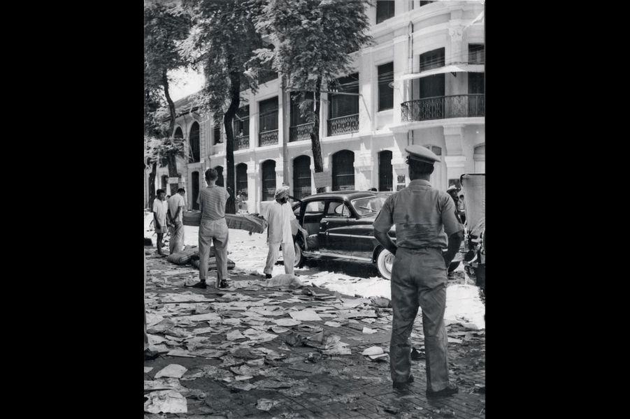 Pour Paris Match, le jeune journaliste photographie le sac de l'hôtel Majestic, à Saigon, le 20 juillet 1955.