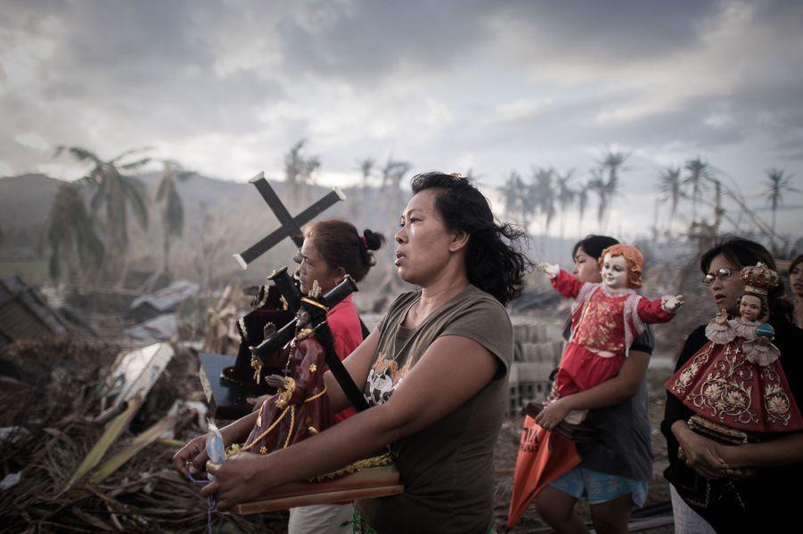 C'est l'Américain John Stanmeyer qui a remporté le premier prix du World Press Photo décerné mercredi 14 février. Voici les images des 18 autres lauréats récompensés dans les différentes catégories du prix World Press avec pour première photo, celle dePhillipe Lopez. Le photographe français a immortalisé une procession religieuse après le passage du cyclone Haiyan, le 18 novembre 2013, à Tolosa, en Philippines.