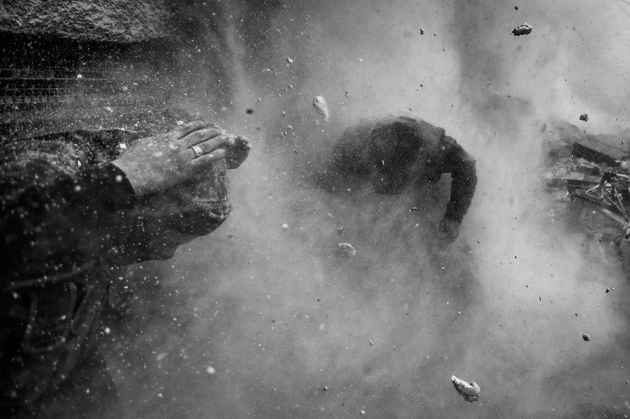 Goran Tomasevic, Serbie 30 janvier 2013, Damas, SyrieDes rebelles syriens tentent de se mettre à couvert visés par un obus.