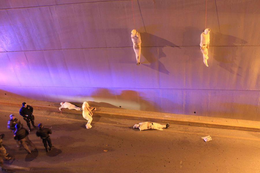 Christopher Vanegas, Mexique 08 Mars 2013, Saltillo, Coahuila, MexiqueDes corps pendus à un pont, victimes de la guerre des cartels de la drogue.