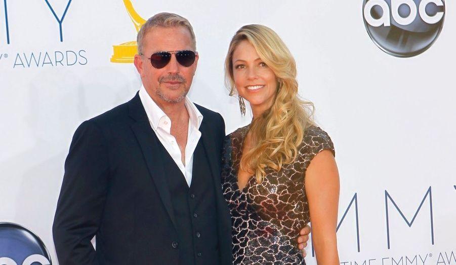 """Il était accompagné de sa femme Christine Baumgartner pour recevoir le prix du meilleur acteur dans une mini-série ou un téléfilm pour """"Hatfields & McCoys""""."""