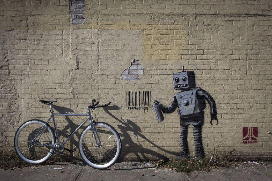 L'artiste sans visage a été omniprésent en 2013, prenant les grandes villes du monde pour terrain de jeu et suscitant une traque acharnée qu'il n'a pas hésité à tourner en dérision, par exemple en vendant de manière anonyme certaines de ses oeuvres... pour un prix dérisoire.En images, Banksy investit New York
