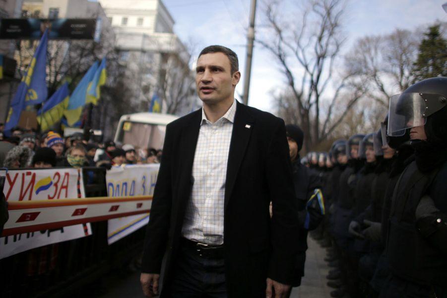 Champion du monde WBC des poids lourds et... opposant au régime ukrainien. Vitali Klitschko, avec sa carrure imposante, est le visage de la révolte des Ukrainiens contre le pouvoir pro-russe.