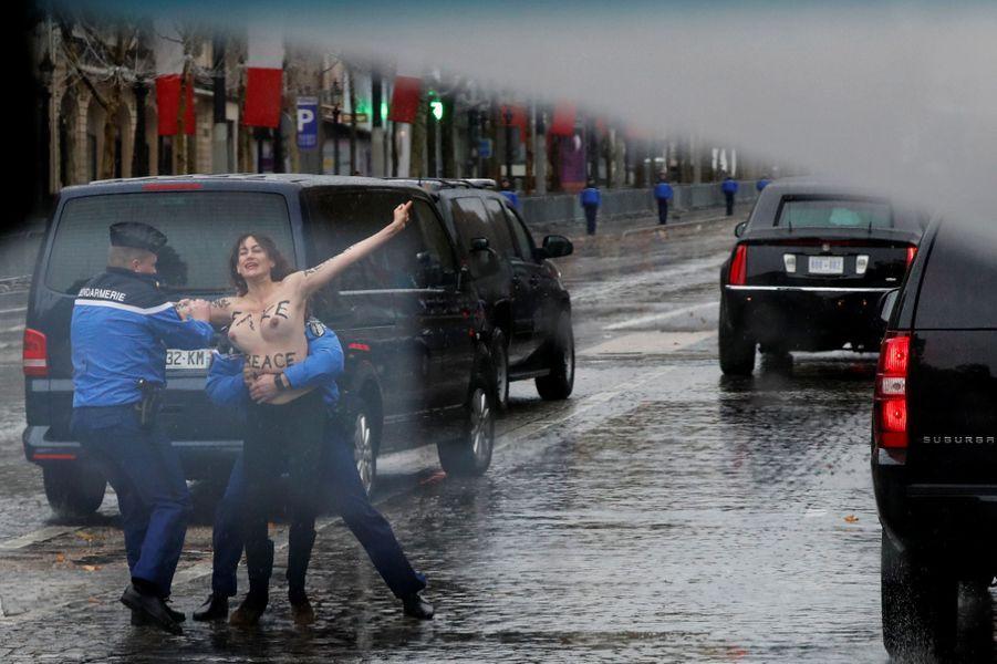 Une militante Femen perturbe l'arrivée de Donald Trump.
