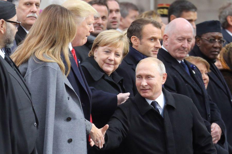 Vladimir Poutine salue Melania Trump.