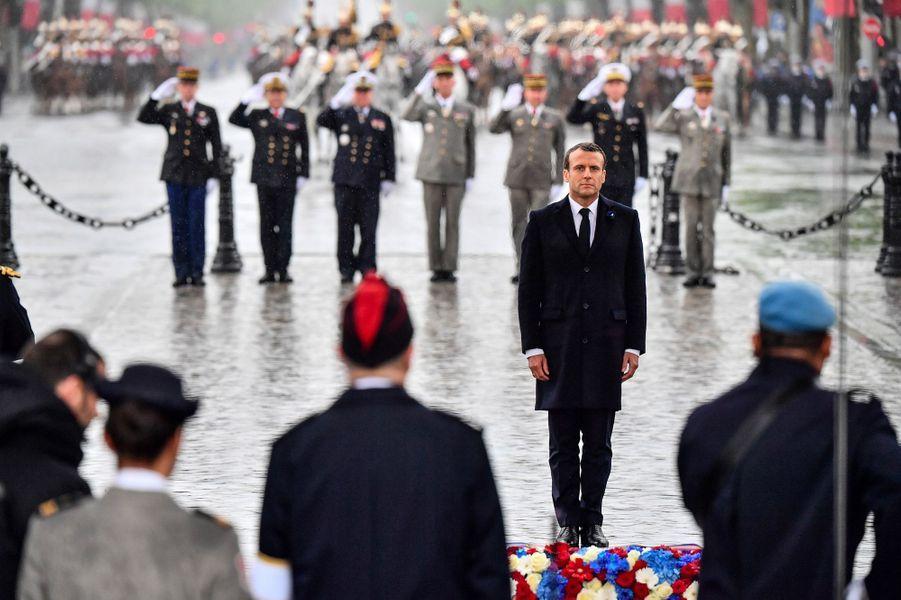 Emmanuel Macron après le dépôt d'une gerbe sur la tombe du Soldat inconnu, sous l'Arc de Triomphe, à Paris, mercredi.