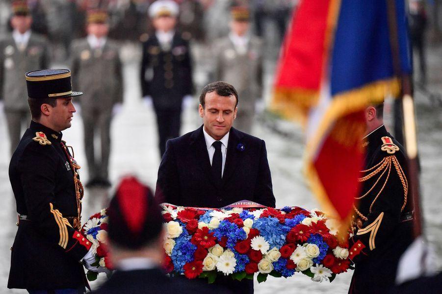 Emmanuel Macron dépose une gerbe sur la tombe du Soldat inconnu, sous l'Arc de Triomphe à Paris, mercredi.