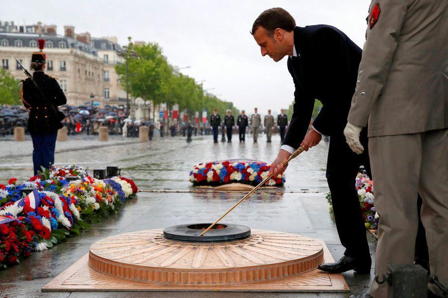 Emmanuel Macron lors de la cérémonie à la tombe du Soldat inconnu, sous l'Arc de Triomphe, à Paris, mercredi.