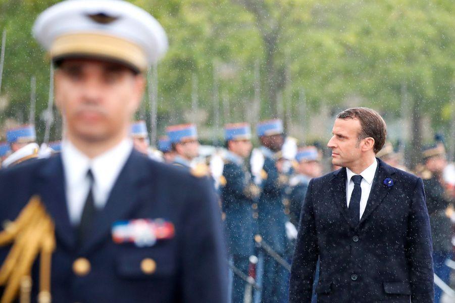 Emmanuel Macron passe les troupes en revue à l'Arc de Triomphe, mercredi.