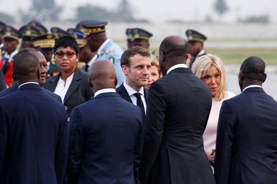 Emmanuel et Brigitte Macron arrivant à Abidjan, le 20 décembre 2019.