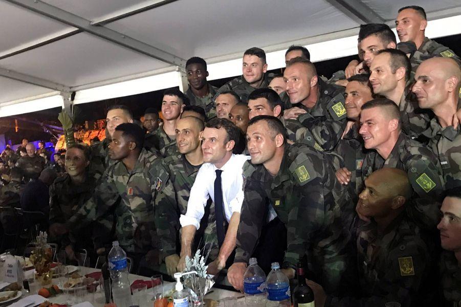 Emmanuel Macron avec les soldats français déployés sur la base dePort-Bouet, le 20 décembre 2019.
