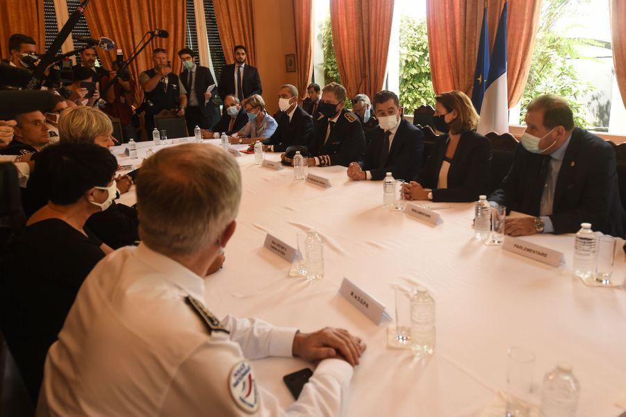 Gérald Darmanin assiste à une réunion avec des élus et des responsables de la sécurité du département des Pyrénées-Atlantiques.