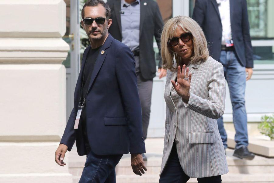 Brigitte Macronsamedi à Biarritz, avec son directeur de cabinet, Pierre-Olivier Costa.