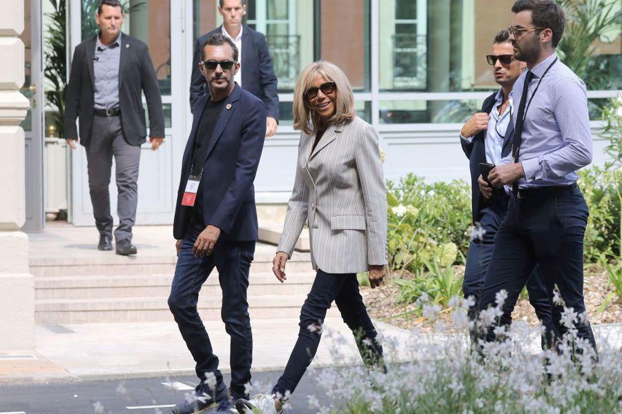 Brigitte Macronà Biarritz, avec son directeur de cabinet, Pierre-Olivier Costa, et son chef de cabinet, Tristan Bromet.