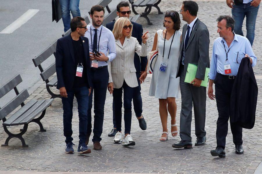 Brigitte Macronen compagnie de son équipe, aux abords de l'hôtel du Palais à Biarritz, l'un des lieux majeurs du sommet du G7.