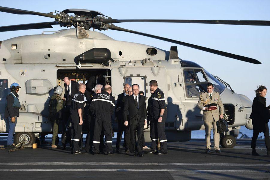 François Hollande à bord du porte-avions Charles de Gaulle, le 9 décembre 2016.