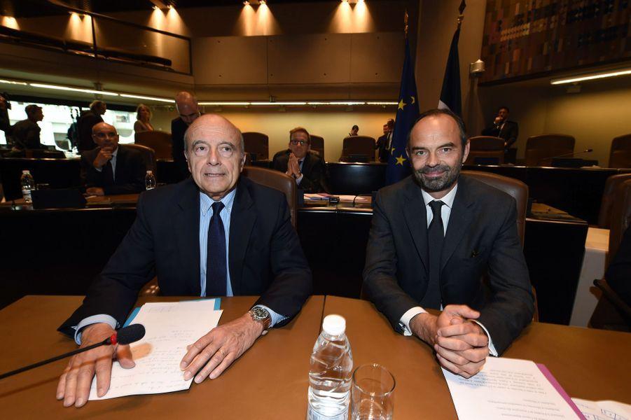 """Les deux hommes à l'hôtel de Bordeaux métropolepour une """"réunion de travail"""" avec une cinquantaine d'élus de tous bords."""