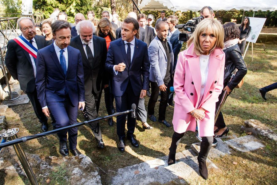 Dans le cadre des Journées du patrimoine, le président de la République Emmanuel Macron, accompagné de son épouse Brigitte, s'est rendu à Bougival (Yvelines). Il en a profité pour féliciter Stéphane Bern.