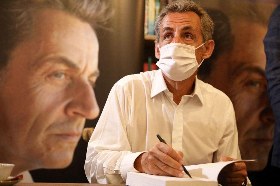 Nicolas Sarkozy en séance de dédicaces le 24 août 2020 à Cannes.