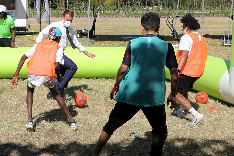 Emmanuel Macron joue au foot avec des jeunes lors de sa visite à Chambord le 22 juillet 2020