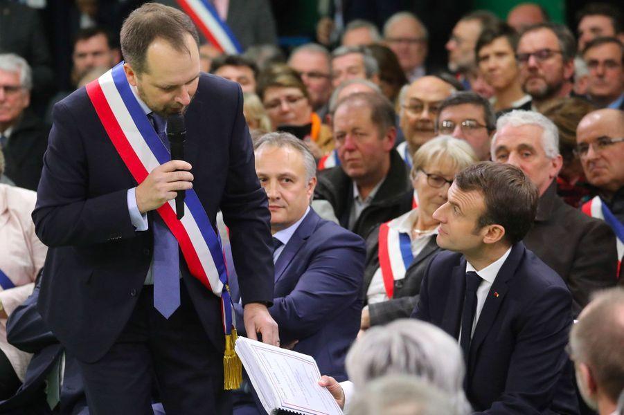 Vincent Martin, le maire de Grand Bourgtheroulde, confie un cahier de doléances à Emmanuel Macron, mardi.