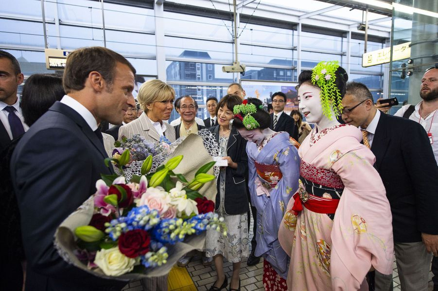En gare de Kyoto, Emmanuel et Brigitte Macron sont accueillis par des apprentiesgeishas.