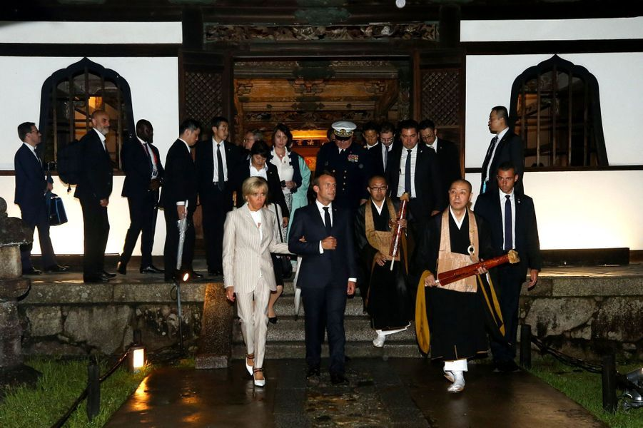 Emmanuel Macron et son épouse Brigitte visitentletemple Kodai-ji, à Kyoto.