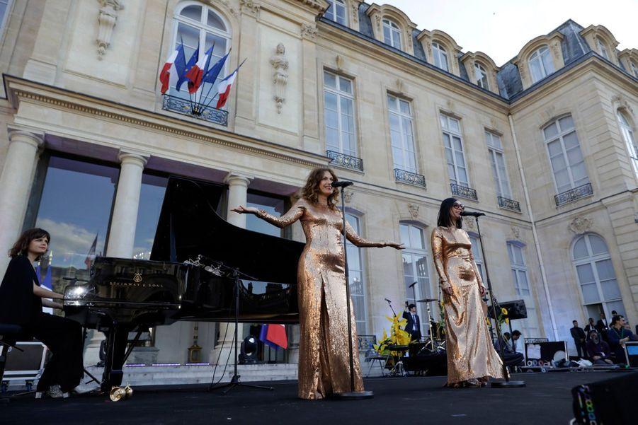 Le duo Brigitte chante depuis le parvis de l'Elysée.