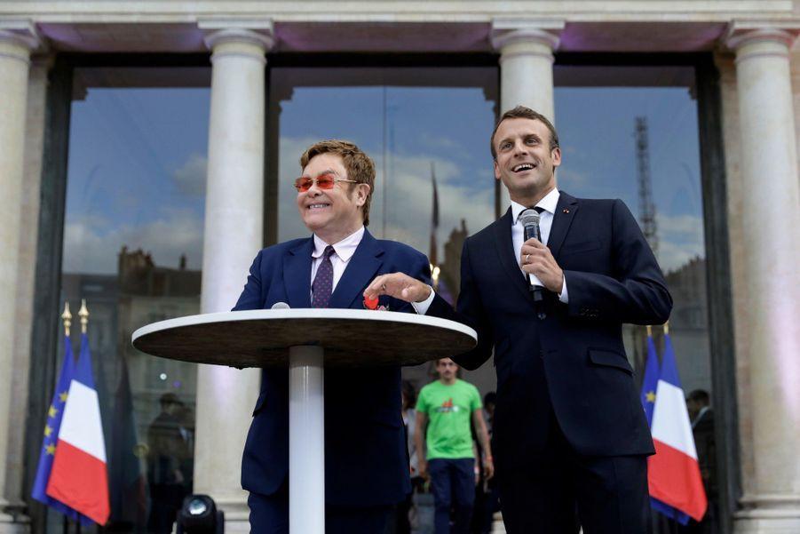 Elton John et Emmanuel Macron lancent depuis l'Elysée un appel à la mobilisation pour la lutte contre le sida.