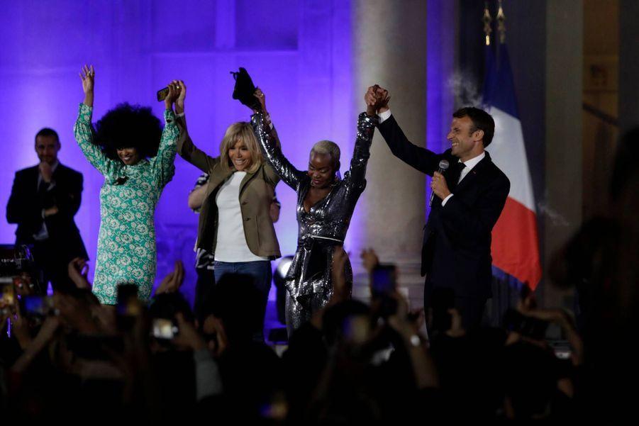 Sur scène, en compagnie de son épouse Brigitte et des chanteuses Iris Gold et Pongo, Emmanuel Macron remercie les artistes et le public.