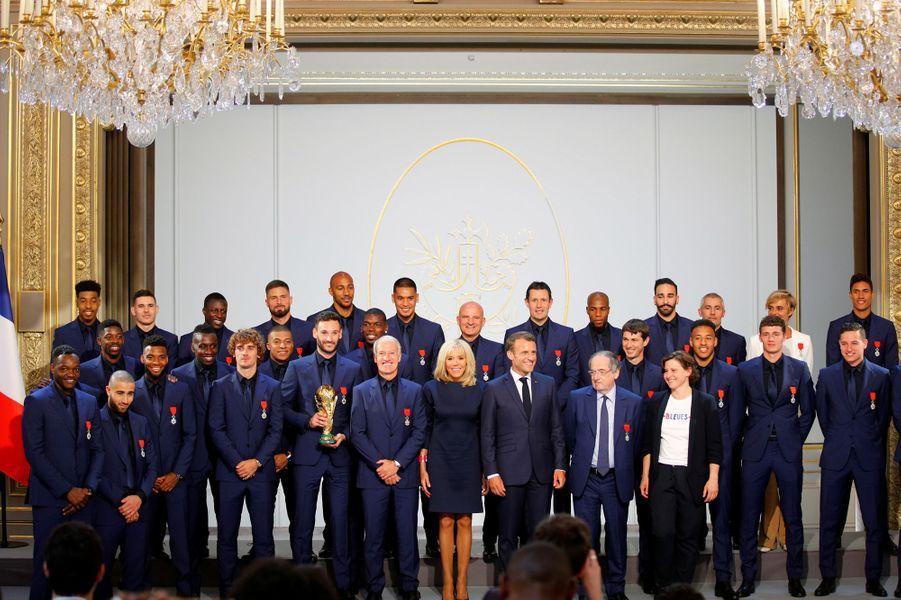 Photo de groupe à l'Elysée avec la Coupe du monde et le couple présidentiel.