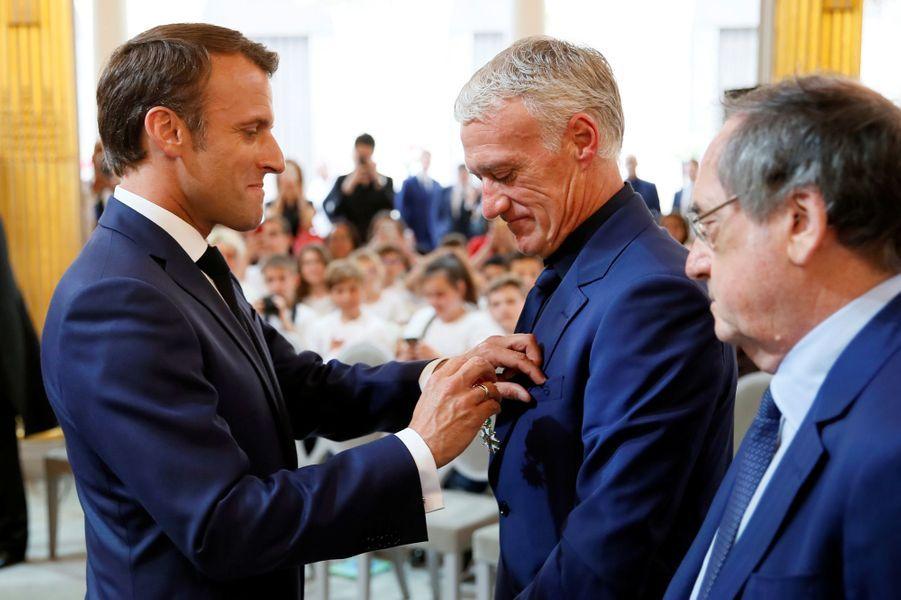 Le chef de l'Etat décore en premier Didier Deschamps.