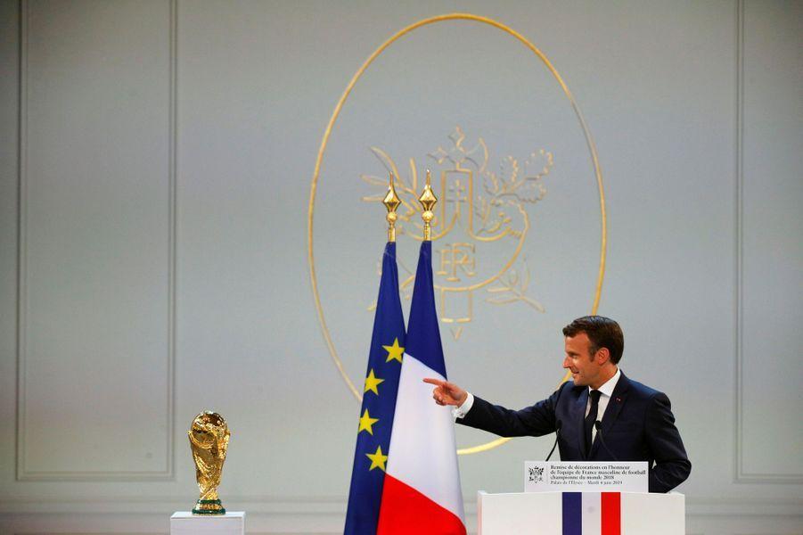 Discours d'Emmanuel Macron. A ses côtés, la Coupe du monde.