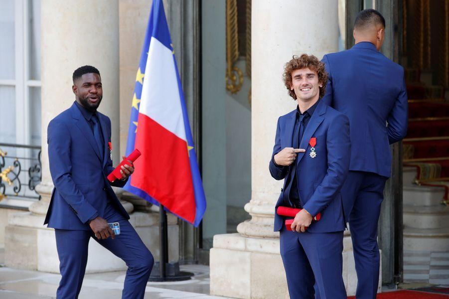 Antoine Griezmann pose fièrement avec sa légion d'honneur.