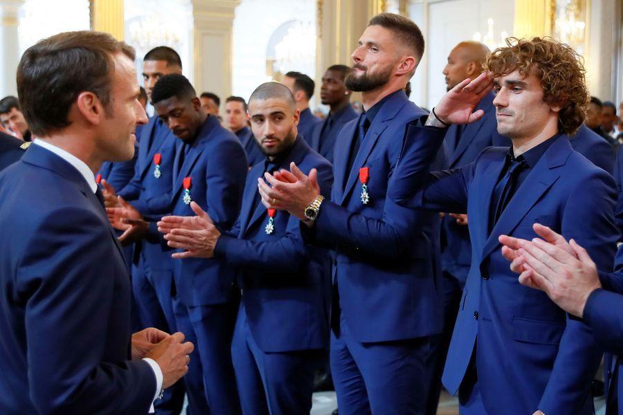 Emmanuel Macron décore Antoine Griezmann