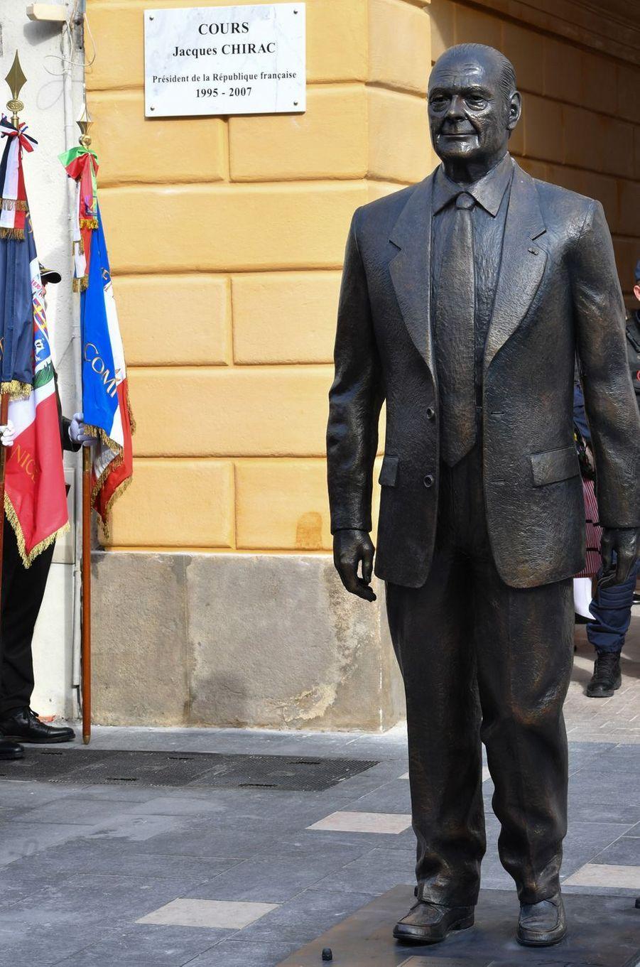 La statue de Jacques Chirac a été réalisée par l'artiste niçois Patrick Frega.