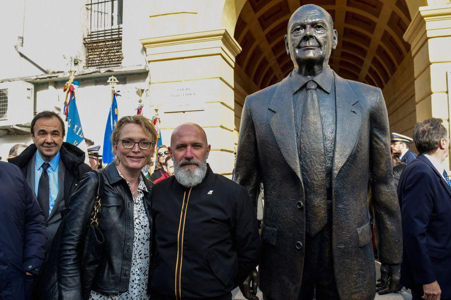 Claude Chirac pose avec l'artiste Patrick Frega, qui a réalisé la statue.