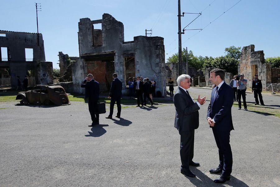 Emmanuel Macron et le dernier survivant Robert Hébras,91 ans,parcourent les ruines du village martyr.