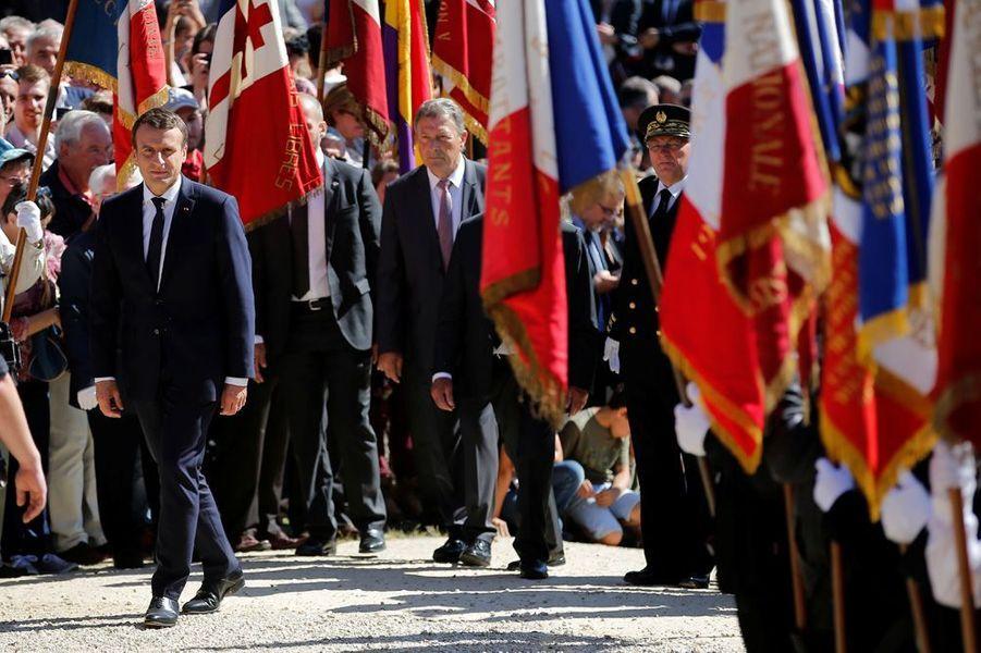 Emmanuel Macron visite les ruines du village martyr.