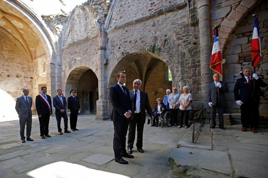 Emmanuel Macron se recueille au côté de Robert Hébras dans la nef de l'ancienne église d'Oradour.