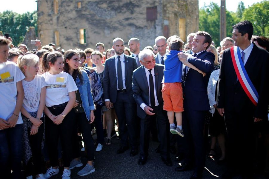 Emmanuel Macron lors de la visite des ruines d'Oradour-sur-Glane.