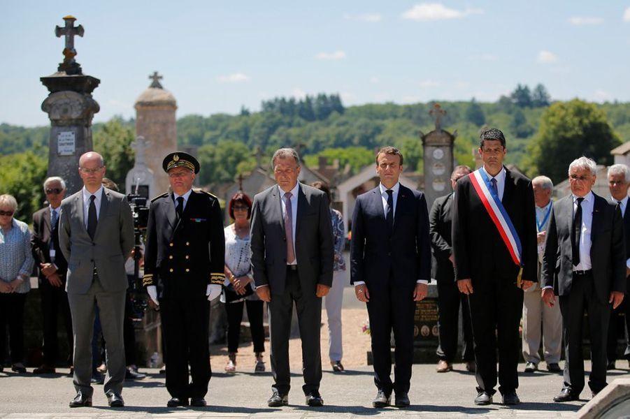 Receuillement au cimetière pour Emmanuel Macron, accompagné notamment du ministre de l'Education nationale, Jean-Michel Blanquer ( à gauche) et de Robert Hébras (à droite).