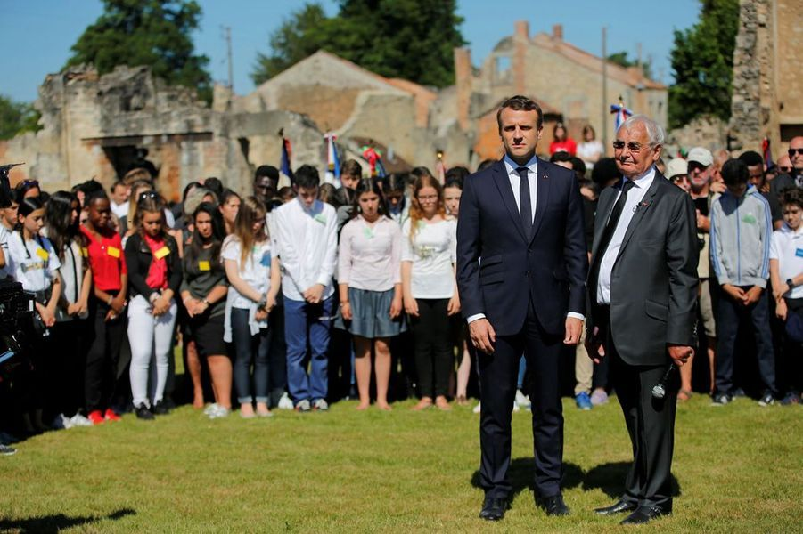 Emmanuel Macron et Robert Hébras lors de la minute de silence.