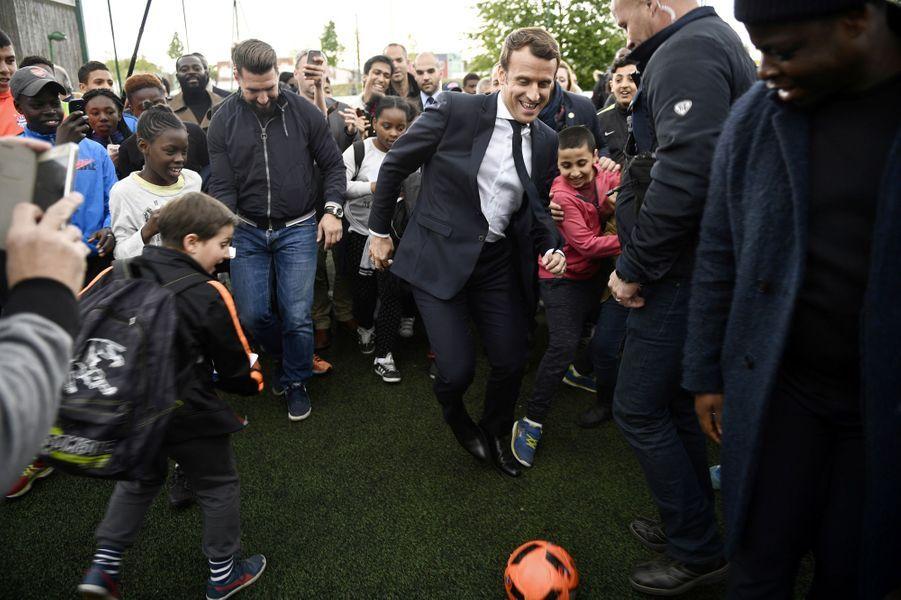 En visite à Sarcelles, Emmanuel Macron fait un foot.